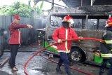 Empat unit mobil hangus terbakar saat perbaikikan mobil