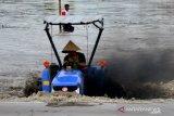 Balapan traktor sawah di Takalar