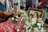Jenazah istri penyanyi Chrisye dimakamkan satu liang lahat dengan sang legenda
