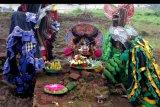Seniman membawakan tari Barong dalam Pagelaran Seni di Situs Sekaran, Sekarpuro, Malang, Jawa Timur, Minggu (9/2/2020). Pagelaran seni tersebut diadakan untuk mengajak masyarakat agar turut serta dalam melindungi dan menjaga kelestarian Situs Sekaran yang merupakan peninggalan pra kerajaan Majapahit di abad X Masehi. ANTARA FOTO/Ari Bowo Sucipto/nym.
