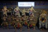 Seniman dari Sanggar Gumiart menampilkan tari Baris Wayang dalam rangkaian kegiatan Pekan Generasi Sadar Aksara (Parasara) di Denpasar, Bali, Minggu (9/2/2020). Kegiatan tersebut untuk melestarikan budaya Bali sekaligus memperkenalkan Bahasa Bali di kalangan generasi milenial melalui literasi, komunikasi, aksara, sastra dan pagelaran seni. ANTARA FOTO/Nyoman Hendra Wibowo/nym.