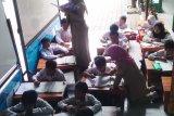 Siswa SD Negeri Bangunrejo 2 Yogyakarta mulai belajar di aula