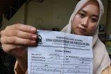 PEMBUATAN KTP ELEKTRONIK DI KOTA SERANG. Warga memperlihatkan tanda terima permohonan pembuatan KTP (Kartu Tanda Penduduk) di Kantor Disdukcapil Kota Serang, Banten, Jumat (7/2/2020). Menurut Kadisdukcapil setempat Mamat Hambali didampingi Sekretaris Arif Rahman setiap bulan Dirjen Dukcapil Kemendagri mengalokasikan blanko KTP Elektronik untuk Kota Serang, bahkan pada tahun 2020 ini jumlahnya terus meningkat dibanding  pada tahun sebelumnya. ANTARA FOTO/Weli Ayu Rejeki/af/SB