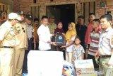 Wabup Dharmasraya serahkan bantuan korban banjir-tanah longsor IX Koto