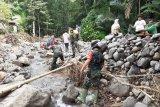 TNI di Sangihe bantu bangun talud di lokasi bencana