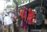 Gerindra Kulon Progo membagikan nasi kotak pada buruh gendong Pasar Wates
