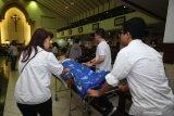 Pengurus membantu jemaat memasuki gereja untuk mengikuti Misa Hari Orang Sakit Sedunia yang ke-28 di Gereja Santa Maria Tak Bercela (SMTB), Surabaya, Jawa Timur, Selasa (11/2/2020). Misa yang diikuti sekitar 300 pasien dan lansia tersebut mengusung tema