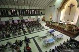 Jemaat mendengarkan khotbah saat mengikuti Misa Hari Orang Sakit Sedunia yang ke-28 di Gereja Santa Maria Tak Bercela (SMTB), Surabaya, Jawa Timur, Selasa (11/2/2020). Misa yang diikuti sekitar 300 pasien dan lansia tersebut mengusung tema