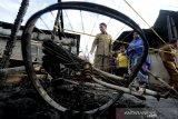 Ketua DPRK Banda Aceh Farid Nyak Umar (kanan) melihat rumah yang tersisa puing akibat kebakaran di Desa Keuramat, Banda Aceh, Aceh, Senin (10/2/2020). Kebakaran yang terjadi minggu (9/2) menghanguskan 11 unit rumah, tidak ada korban jiwa dalam musibah tersebut dan penyebabnya masih dalam penyidikan pihak berwajib. Antara Aceh/Irwansyah Putra.