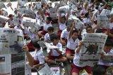 Aksi membaca koran bersama