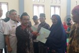 Anggota DPR Endro Yahman serahkan sertifikat tanah warga Pagelaran Utara