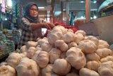 Gara-gara virus Corona, harga bawang putih capai Rp60.000 per kilogram di pasar Raya Padang