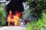 Angkot terbakar, petugas kesulitan memadamkan