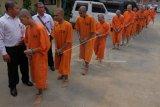 Polisi menggiring puluhan tersangka kasus narkoba yang terjaring dalam Operasi Antik Agung 2020 saat konferensi pers di Mapolda Bali, Denpasar, Bali, Rabu (12/2/2020). Dalam operasi tersebut polisi mengungkap 60 kasus peredaran narkoba dengan jumlah tersangka 73 orang dan menyita barang bukti berupa 758,22 gram sabu, 1.060,98 gram ganja, 26 gram pecahan ekstasi, 109 butir pil ekstasi, 5.710 butir pil koplo serta uang Rp1.363.000. ANTARA FOTO/Nyoman Hendra Wibowo/nym.