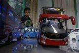 Perajin miniatur bus