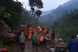 Longsor tutup akses jalan di Desa Rahtawu Kudus