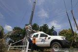 Teknisi melakukan perawatan perangkat Mobile Base Transceiver Station (M-BTS) milik XL Axiata yang menjangkau pelanggan di kawasan Sekumpul, Martapura, Kabupaten Banjar, Kalimantan Selatan, Kamis (13/2/2020). Pemeliharaan ini guna mendukung kelancaran jaringan telekomunikasi dan data pada agenda â??Haul Guru Sekumpul ke-15â? yang puncaknya akan berlangsung pada 1 Maret 2020, pada tahun 2019, XL Axiata memiliki infrastruktur jaringan 4G LTE yang telah masuk ke semua atau 13 kota/kabupaten di Kalsel dengan total lebih dari 650 BTS 4G dan lebih dari 1.000 BTS 3G. Foto Antaranews Kalsel/Bayu Pratama S.
