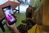 Ana Palupi Lestari, Pekerja migran Indonesia melakukan panggilan video (video call) dengan orang tuanya Apsari di Desa Sumberkolak, Panarukan, Situbondo, Jawa Timur, Kamis (13/2/2020). Pekerja migran Indonesia asal Situbondo yang ada di Hong Kong menyampaikan keluhannya mengenai kelangkaan masker dan mahalnya harga masker yang mencapai Rp1 juta/boks isi 50 lembar di tempatnya bekerja sejak mewabahnya virus corona (Covid-2019) dan meminta pemerintah memberikan bantuan masker. Antara Jatim/Seno/zk