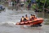 Tim SAR gabungan bersama Prajurit Intai Amfibi 2 Marinir melakukan pencarian korban tenggelam di sungai Pucang, Sidoarjo, Jawa Timur, Kamis (13/2/2020). SAR gabungan yang terdiri dari Basarnas, Badan Penangggulangan Bencana Daerah, Tagana, TNI dan relawan masih terus berupaya melakukan pencarian korban dalam insiden tiga pelajar tenggelam di Kali Pucang Sidoarjo. Antara Jatim/Umarul Faruq/zk