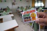 Petugas dari Dinas Pendidikan Kota Surabaya menujukkan temuan barang bawaan pelajar saat melakukan sidak di SMP Negeri 11, Surabaya, Jawa Timur, Kamis (13/2/2020). Sidak tersebut dilakukan sebagai tindakan pencegahan untuk menekan kenakalan dan perbuatan yang mempengaruhi sikap dan mental pelajar. Antara Jatim/Moch Asim/zk.