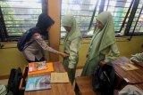 Petugas dari Satpol PP Kota Surabaya memeriksa barang bawaan pelajar saat melakukan sidak di SMP Negeri 11, Surabaya, Jawa Timur, Kamis (13/2/2020). Sidak tersebut dilakukan sebagai tindakan pencegahan untuk menekan kenakalan dan perbuatan yang mempengaruhi sikap dan mental pelajar. Antara Jatim/Moch Asim/zk.