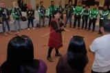 Konsultan Hukum Pusat Pelayanan Terpadu Pemberdayaan Perempuan Dan Anak (P2TP2A) Kota Denpasar Ni Luh Anggraeni (tengah) memberikan pelatihan mengenai pencegahan dan penanganan kekerasan seksual kepada para pengemudi angkutan daring saat peluncuran inovasi keamanan baru dalam 'Safety Roadshow Bali' di Badung, Bali, Kamis (13/2/2020). Kegiatan tersebut untuk memberi edukasi bagi para pengemudi dan pengguna layanan dalam memprioritaskan keamanan dan keselamatan. ANTARA FOTO/Nyoman Hendra Wibowo/nym