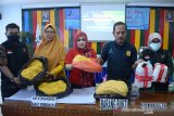 Kepala Badan Pengawasan Obat dan Makanan (BPOM) Banda Aceh, Zulkifli (kedua kanan) bersama petugas instansi terkait memperlihatkan barang bukti mie kuning produksi industri rumahan mengandung bahan berbahaya formalin dan boraks saat gelar kasus di Banda Aceh, Jumat (14/2/2020). Hasil sidak di sejumlah produsen makanan dan minuman pusat pasar daerah itu, BPOM Aceh mengamankan barang bukti sebanyak 28 kilogram mie kuning, adonan mie sebanyak 15 kilogram mengandung bahan berbahaya dan lima liter formalin serta lima kilogram serbu boraks. Antara Aceh/Ampelsa.