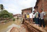 Rycko Menoza tinjau pondasi penahan air sungai roboh