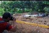 Seorang jurnalis foto memotret lokasi ditemukannya paparan tinggi radioaktif di Perumahan Batan Indah, Serpong, Tangerang Selatan, Banten, Jumat (14/2/2020). Tim uji fungsi Badan Pengawas Tenaga Nuklir (BAPETAN) menemukan nilai radioaktivitas lingkungan dengan laju paparan terukur signifikan di atas nilai normal. Saat ini petugas telah mengambil sample tanah dan material dan melakukan clean up. ANTARA FOTO/Muhammad Iqbal/nym.
