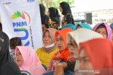 Nasabah program Membina Ekonomi Keluarga Sejahtera (Mekaar) mengikuti temu usaha di kantor Kecamatan Balongpanggang, Kabupaten Gresik, Jawa Timur, Jumat (14/2/2020). Kegiatan yang diikuti ratusan nasabah tersebut digelar sebagai upaya meningkatkan semangat para nasabah PNM Mekaar untuk mengembangkan usahanya. Antara Jatim/Syaiful Arif/zk