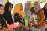 Regional Manager PNM Mekaar Cabang Surabaya, Istiqomah (kanan) memberikan bingkisan kepada nasabah saat temu nasabah program Membina Ekonomi Keluarga Sejahtera (Mekaar) di kantor Kecamatan Balongpanggang, Kabupaten Gresik, Jawa Timur, Jumat (14/2/2020). Kegiatan yang diikuti ratusan nasabah tersebut digelar sebagai upaya meningkatkan semangat para nasabah PNM Mekaar untuk mengembangkan usahanya. Antara Jatim/Syaiful Arif/zk