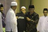 Menteri Agama Fachrul Razi (kanan) menerima cinderamata berupa kaos dari pengasuh pondok pesantren Lirboyo kyai Kafabihi Mahrus (kiri) saat menghadiri penutupan Forum Musyawarah Pondok Pesantren se-Jawa Madura ke-36 di Pondok Pesantren Lirboyo, Kota Kediri, Jawa Timur, Kamis (13/2/2020) malam. Kegiatan tahunan tersebut guna membahas permasalahan kehidupan bermasyarakat melalui pendekatan agama untuk kemaslahatan umat. Antara Jatim/Prasetia Fauzani/zk