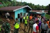 Alat berat dikerahkan bersihkan material  longsor yang timbun rumah warga di Agam