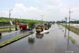 Kendaraan menerobos Jalan Raya Porong yang terendam banjir di Porong, Sidoarjo, Jawa Timur, Sabtu (15/2/2020). Banjir dengan ketinggian 20 cm hingga 30 cm di jalan sepanjang 400 meter dari arah Malang ke Surabaya tersebut menyebabkan terganggunya aktivitas transportasi. Antara Jatim/Umarul Faruq/zk