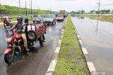 Kendaraan melaju di samping Jalan Raya Porong yang terendam banjir di Porong, Sidoarjo, Jawa Timur, Sabtu (15/2/2020). Banjir dengan ketinggian 20 cm hingga 30 cm di jalan sepanjang 400 meter dari arah Malang ke Surabaya tersebut menyebabkan terganggunya aktivitas transportasi. Antara Jatim/Umarul Faruq/zk
