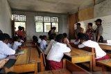 Polres Tolikara bagi buku kepada pelajar SDN Yemu Igari