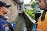 Satu dari dua anak yang hanyut di aliran sungai ditemukan tewas
