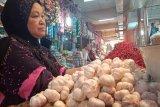 Harga bawang putih masih bertahan Rp 60.000 per kilogram di Pasar Raya Padang