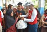 Lantamal VI bagikan ratusan paket sembako di Pulau Kodingareng Lompo Makassar