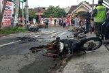 Sejumlah kendaraan dibakar massa suporter jelang laga Persebaya dan Arema