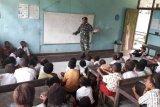 Prajurit TNI bantu mengajar di SDN Trimuris Mamberamo Raya