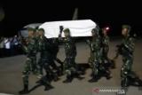 Jenazah Prajurit 725/Woroagi Praka Anumerta Risno tiba di Lanud HLO Kendari