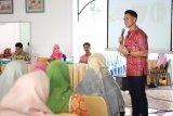 Aktor Choky Sitohang latih perempuan Pesisir Selatan berkomunikasi di depan publik