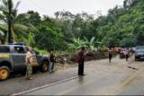 Longsor di Nagari Pianggu Kabupaten Solok, Sumatera Barat sempat memutus jalan Lintas Sumatera