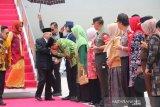 Gubernur NTB menyambut Wapres Ma'ruf Amin saat tiba di Lombok
