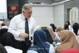 Pakar Australia Prof. Anderson bagi ilmu bedah kraniofasial di Makassar