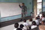 Prajurit TNI bantu mengajar siswa SD di pelosok Papua