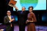 Raja Belanda dihadiahi ulos Batak di acara bertajuk