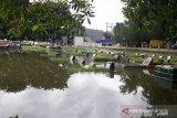 Puluhan makam di TPU Tegal Alur terendam