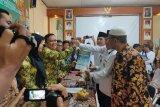 dr. Wahdi dan Qomaru Zaman serahkan syarat dukungan calon perseorangan ke KPU Metro